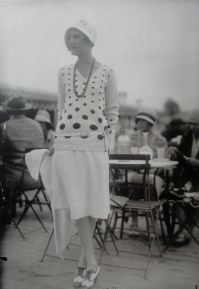polkadot long sweater 1920s woman cafe